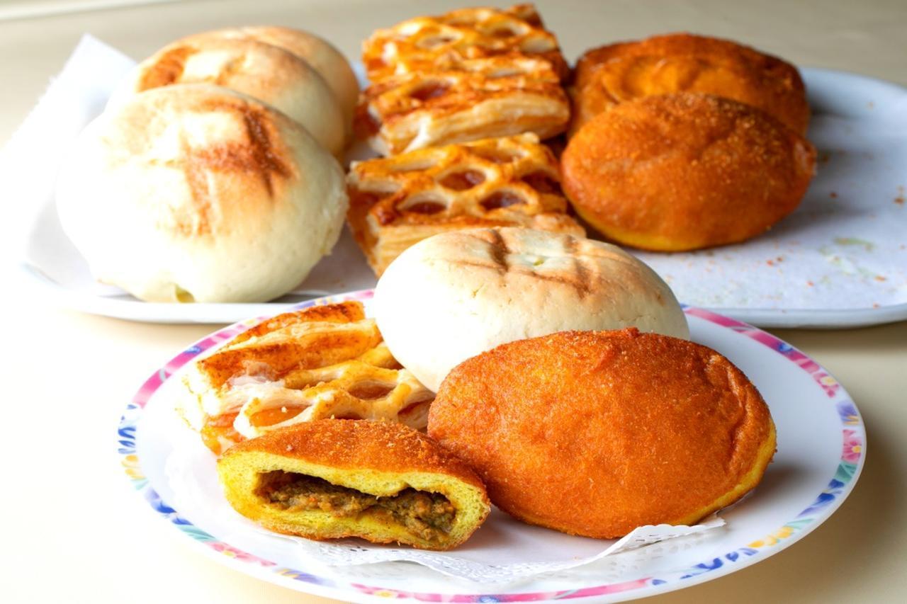 画像: 朝食はパンが充実、お土産も可