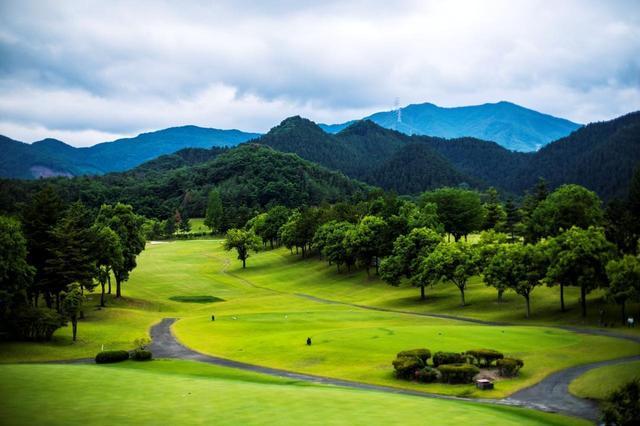 画像1: 下仁田カントリー倶楽部は雄大な山々を背にした18ホール。各ホールともフラットでフェアウェイも広め