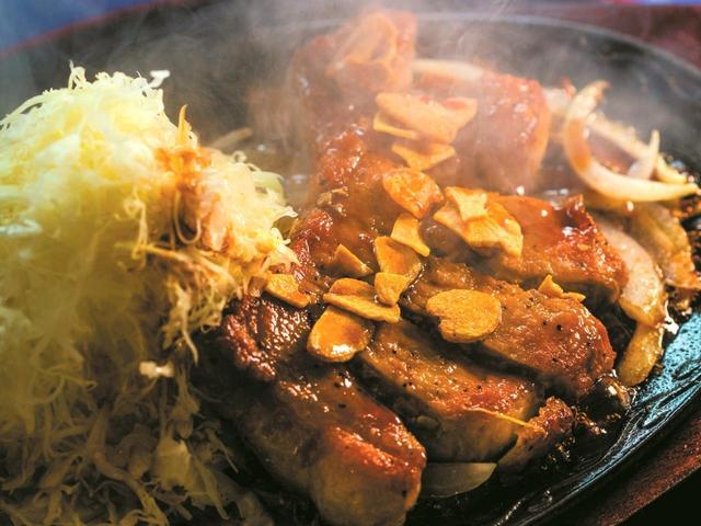 画像: たっぷり盛り付けられたキャベツは、熱せられた鉄板の上でタレを吸い込み、これだけでもご飯がすすむ。お味噌汁、お新香付き