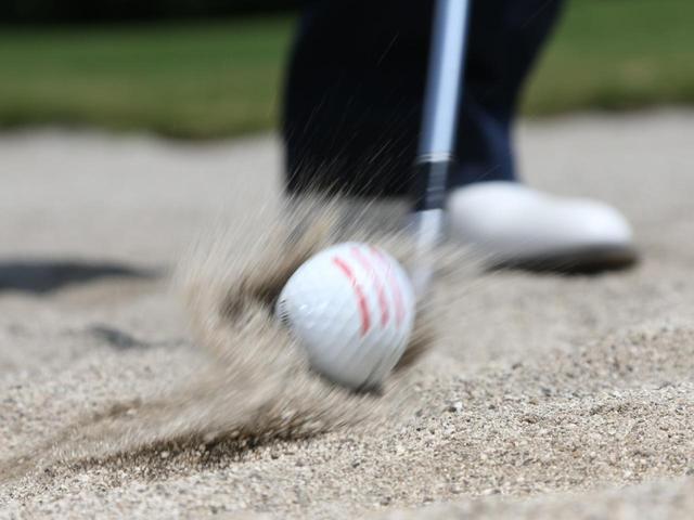 画像: フェースとボール間の砂のジョリジョリでスピンをかけるイメージが湯原流。砂の量によってスピン量をコントロールしている
