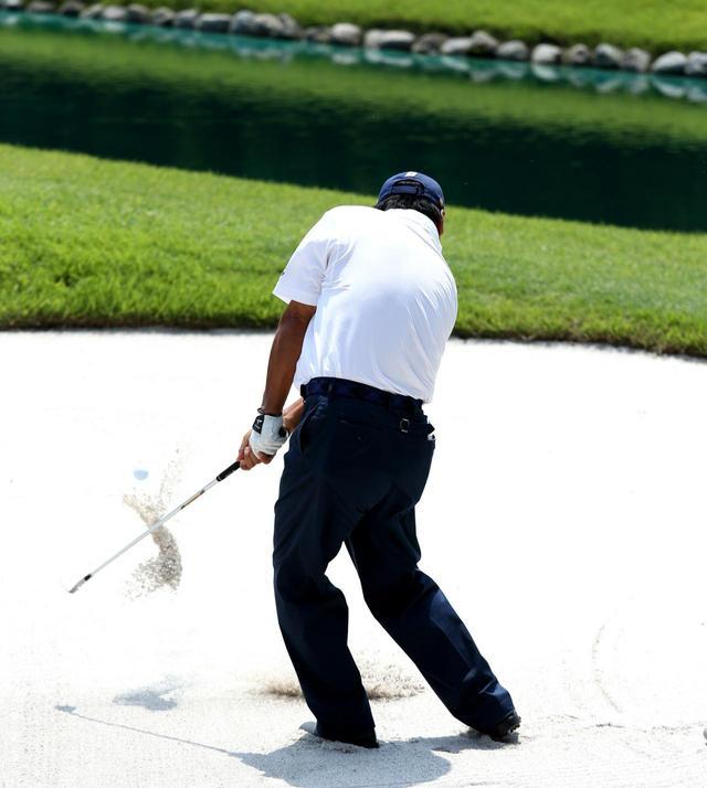 画像5: バンカーが苦手なアマチュアは、ボールの手前の砂を押してしまって砂の抵抗に負けてしまう人が多い。「ラフをスパッと刈るようなイメージで砂を切り取るんです」(ユハラ)