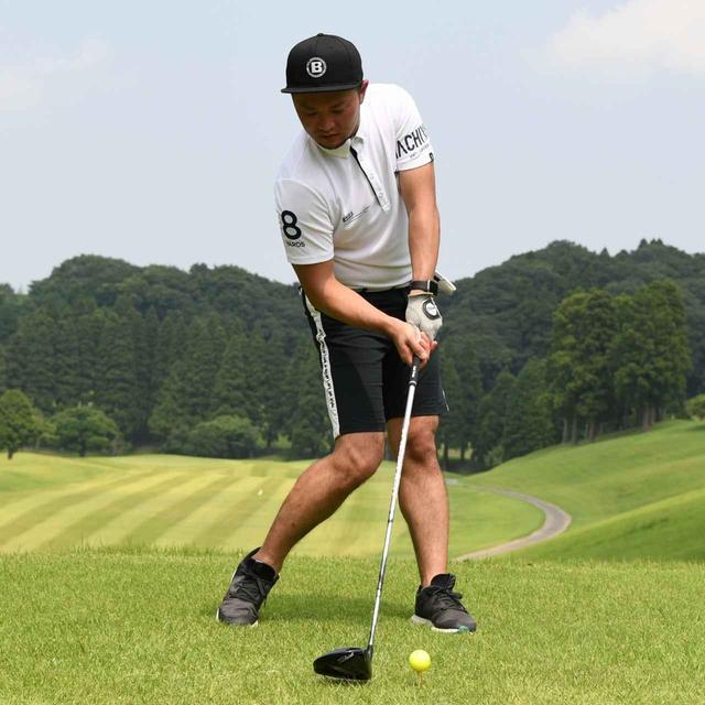 画像: 右肩、右ひじ、右ひざを近づけて、右サイドを縮ませ当てる
