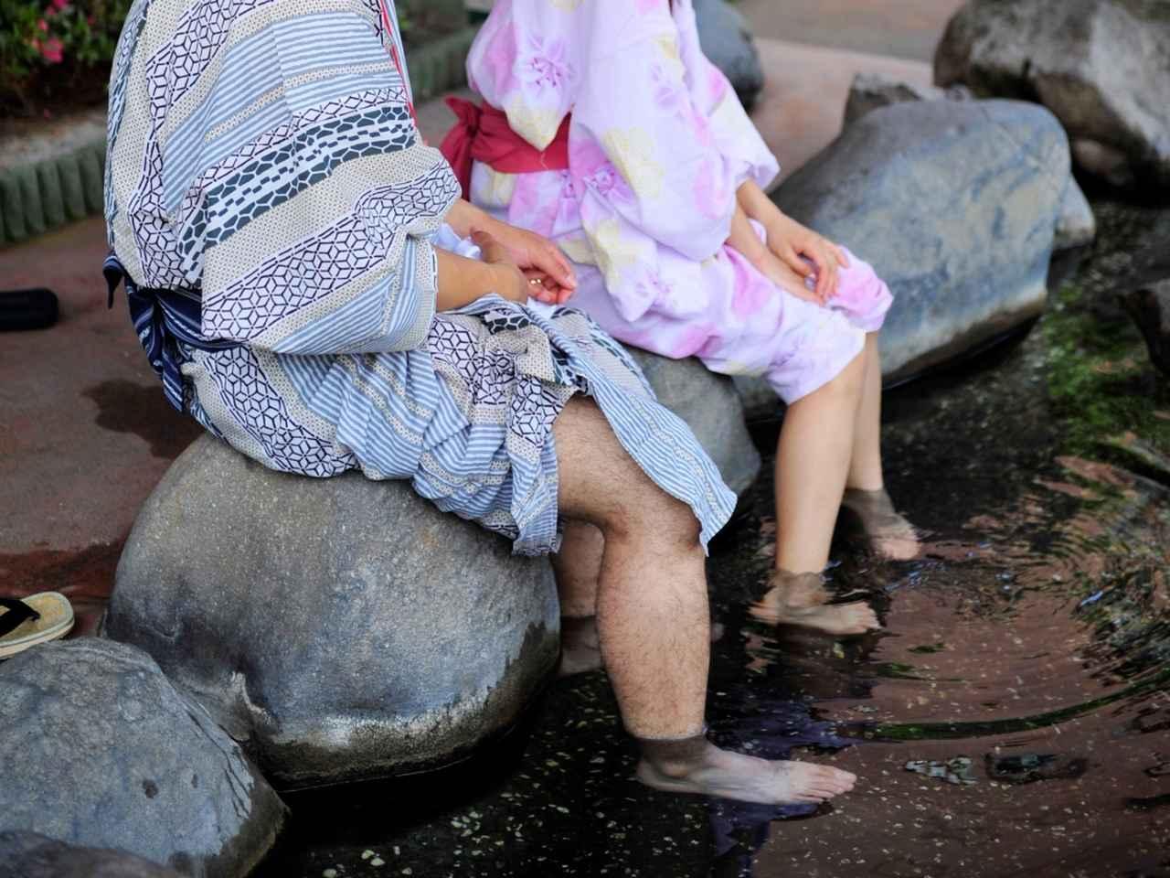 画像: 温泉宿泊者は手形をもらって、7つの湯が自由に楽しめる。街中には足湯も