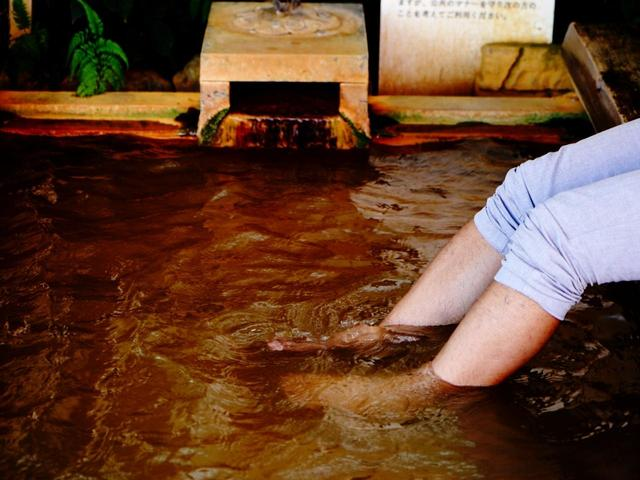 画像: 中腹の足湯で休憩