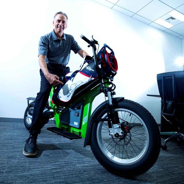 画像: 「カート代わりにコースで使える電動バイクも作ったよ」(エド)