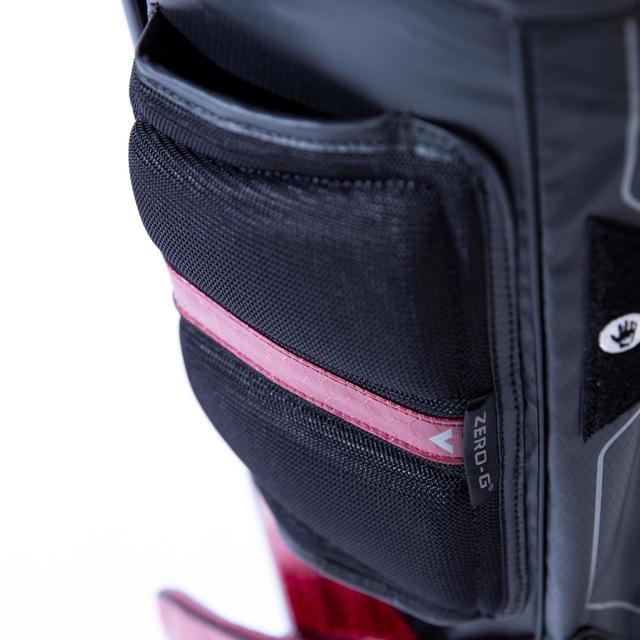 画像: 体に当たる部分のポケットには厚手のクッション素材を使用