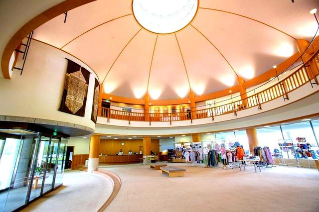 画像: フロント、ロビー。吹き抜けになっており、中央には円形の高窓がある