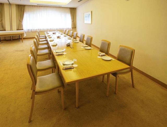 画像: コンペルームは可動式パーテーションで区切られ4室になる。96名収容