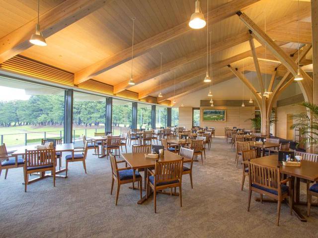 画像: 集成材の柱と梁が雰囲気を醸し出すレストラン(15卓)