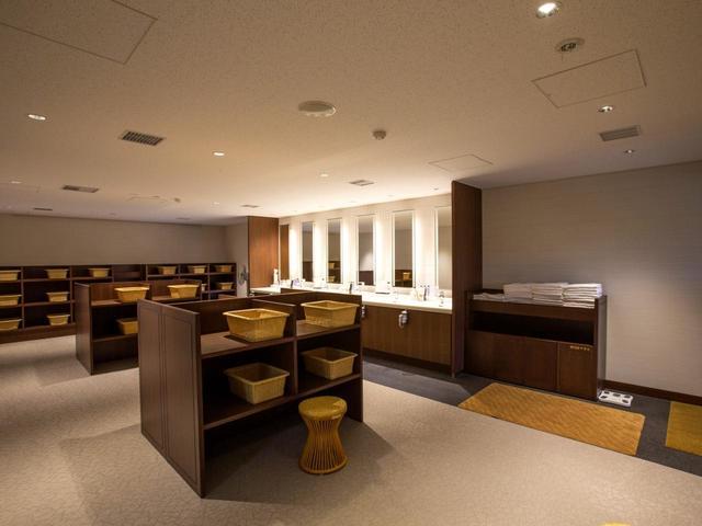 画像: 男性用脱衣室。女性脱衣室には小振りのパウダー室が6つある