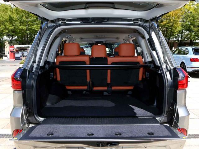 画像2: SUVの枠を超える、レクサスの優雅さとランクルの屈強さ