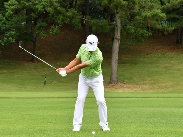 画像2: 【右脳ゴルフ②】桑原克典プロが気づいた技術の原点。自分の前からクラブを外さず振るだけ