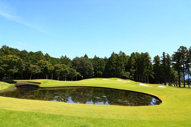 画像: 4番パー3。グリーン手前に待ちうける池を、グリーン面ギリギリにまで拡張。これまでよりもプレッシャーがかかる