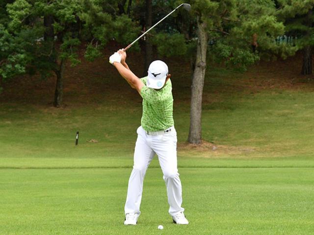 画像3: 【右脳ゴルフ②】桑原克典プロが気づいた技術の原点。自分の前からクラブを外さず振るだけ