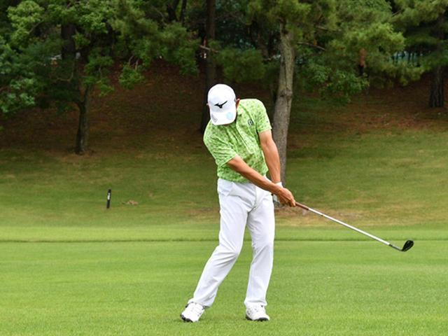 画像5: 【右脳ゴルフ②】桑原克典プロが気づいた技術の原点。自分の前からクラブを外さず振るだけ