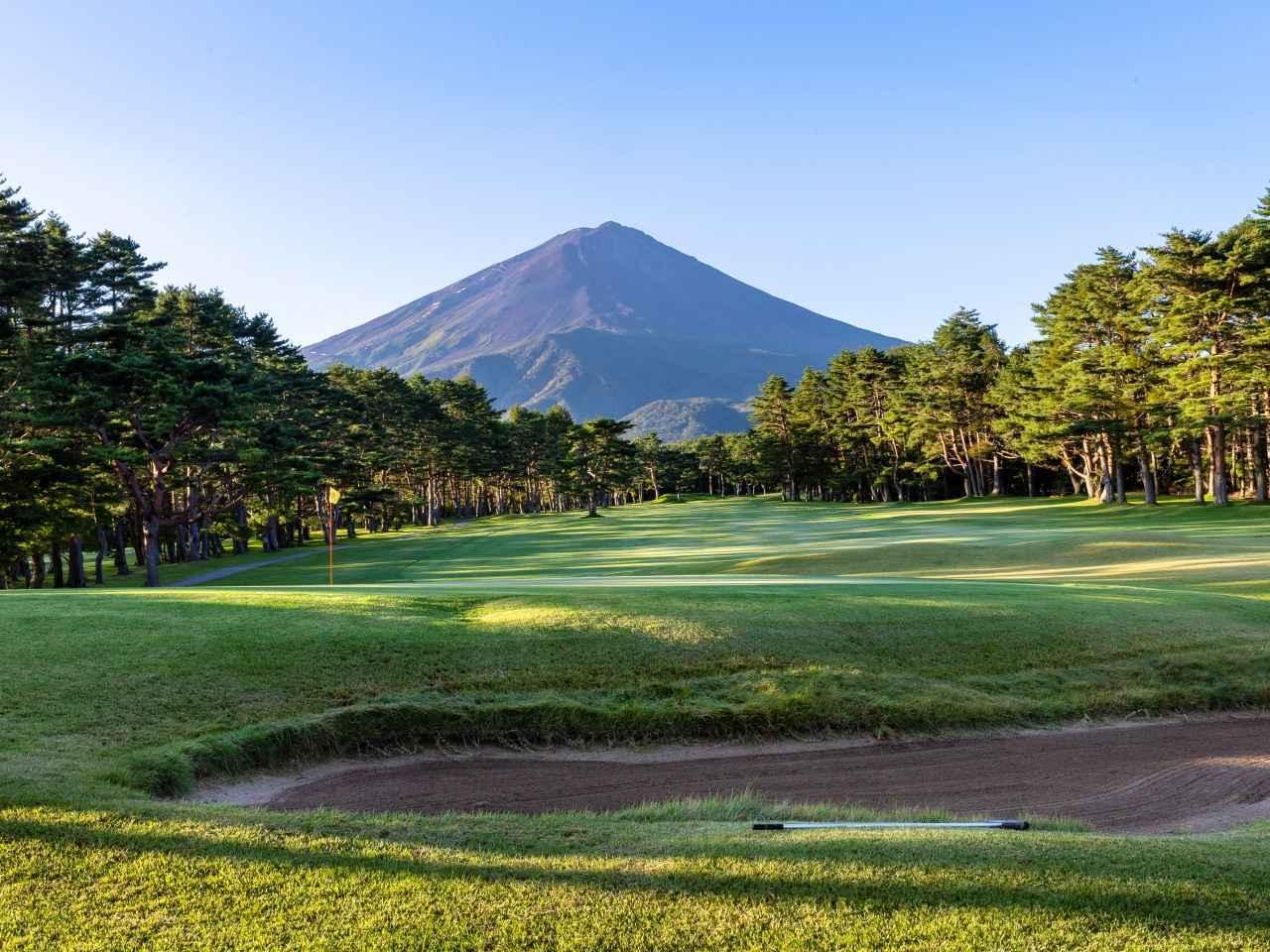 画像: 18番ホール(430Y・P4)はホールアウトして振り向くと富士山