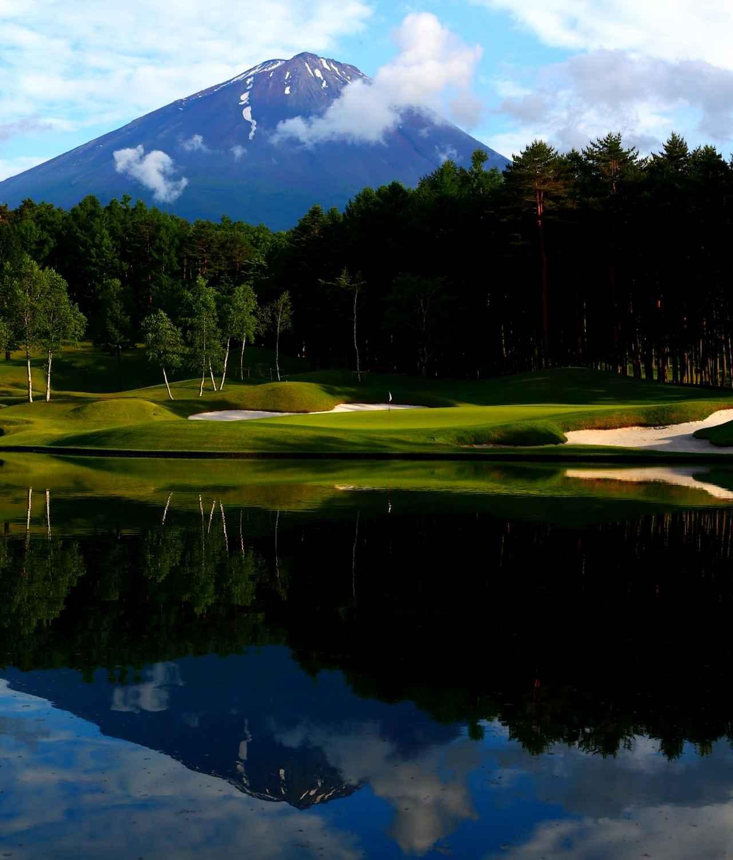 画像: 8番ホール(174Y・P3)、池に映る逆さ富士が見事