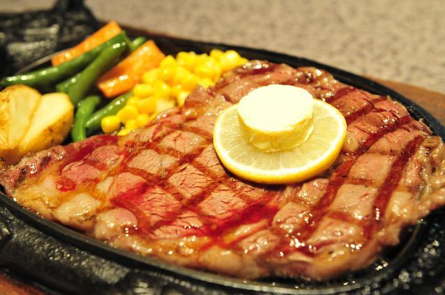 画像: 飲んだ後はステーキが沖縄流