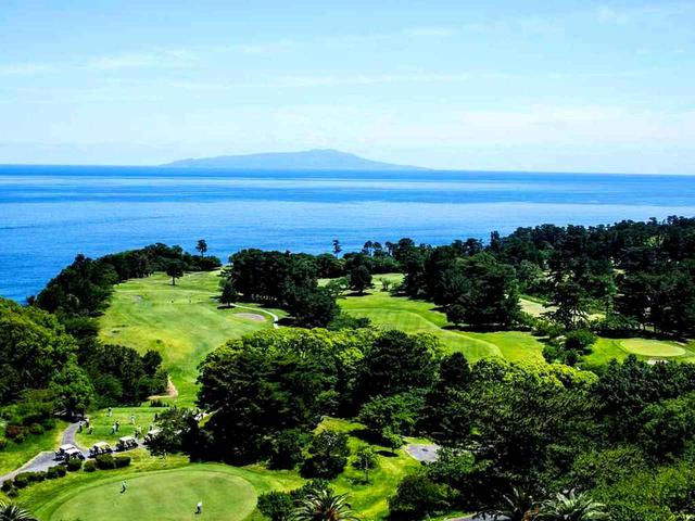 画像: ホテルからの眺め、大島コースと大島。写真の左には富士コースが広がる