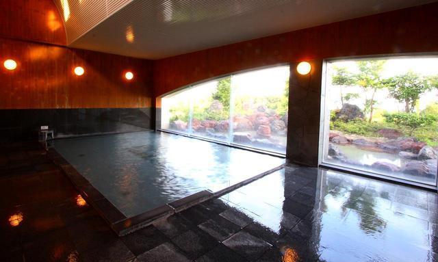 画像1: 露天風呂付の大浴場と黒豚しゃぶしゃぶが名物です
