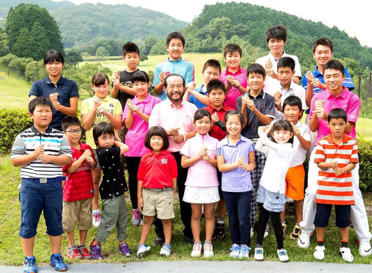 画像: 篠塚武久先生と桜美ゴルフハウスのジュニアの皆さん。「子供だけでなく、大人のゴルファーにお勧めしたいです」(篠塚)