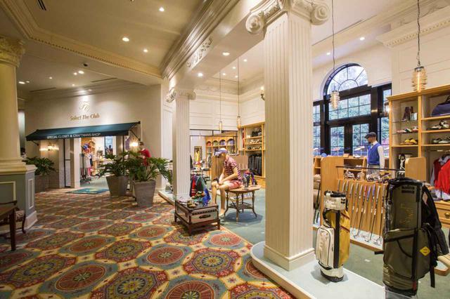 画像: 階段を挟んでフロント対面にあるプロショップ「セレクト・ザ・クラブ」