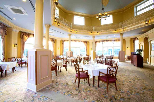 画像: 中央が吹き抜け風のレストラン。6面に窓があり明るい(17卓)