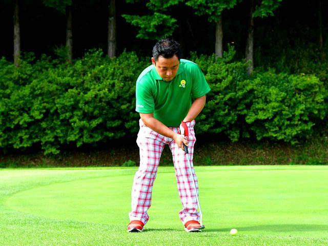 画像4: 両腕とグリップの五角形をキープしてゆっくりストローク。高速グリーンに合ったスタイル。距離に応じてスタンス幅を変えている