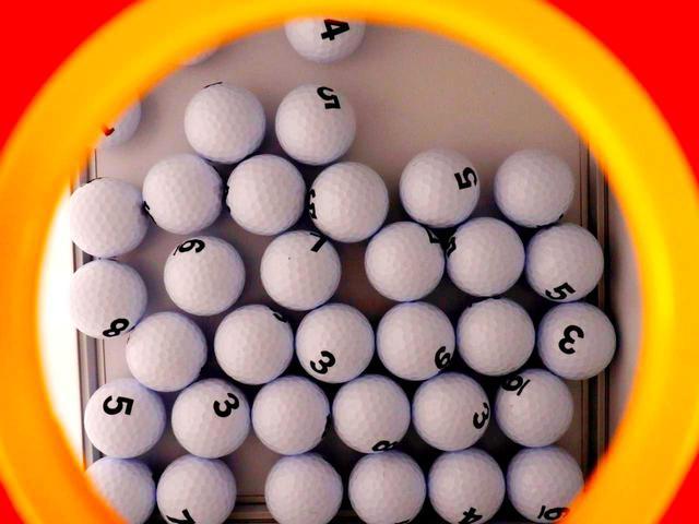 画像2: スコアビンゴ抽選BOX。1~9までスコアが入ったボールが入っている。4、5、6の番号ボールが多く、最少は当然1