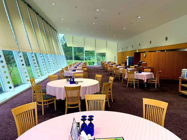 画像: クラブハウスレストラン。10番スタート、18番グリーンの眺め