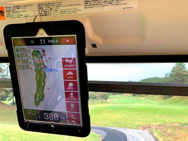 画像: GPS距離表示付きの乗用カートでプレー。セルフとキャディ付きの両方が選べる