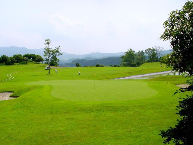 画像: 5番(372Y・P4)グリーン左手前に大きな池
