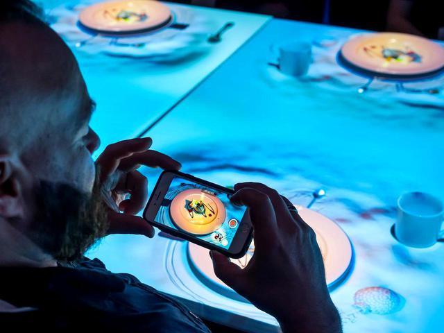 画像: レストラン「ル・プチシェフ」では、お皿の上に映されるプロジェクションマッピングを観ながら食事