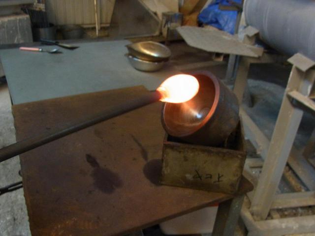画像: 熱を帯びたやわらかい状態のガラスを膨らます