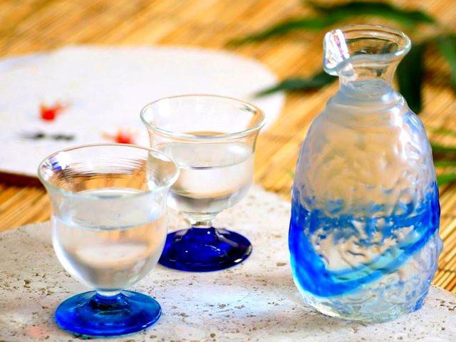 画像: 店内には300種類以上の琉球ガラス製品