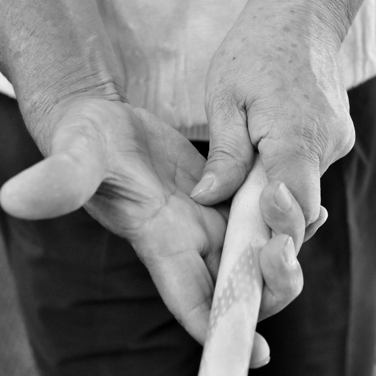 画像: 右手をゆるゆるに握って手首をやわらかく、ポヨヨンと打つんやで