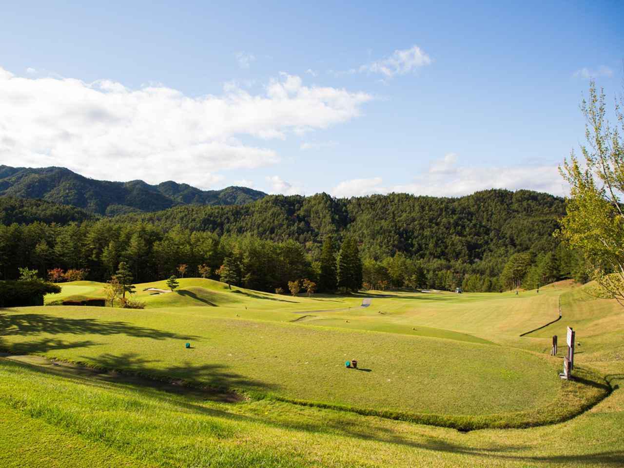 画像: 飛騨高原の広大な敷地にゆったりレイアウトされたコース。晩秋と春先に14番の打ち下ろしから眺める冠雪した北アルプスは絶景(18H・6846Y・P72)