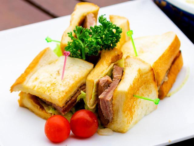 画像: 具材は牛ステーキ・レタス・玉ねぎ。1700円(スープ・サラダ・デザート付き)