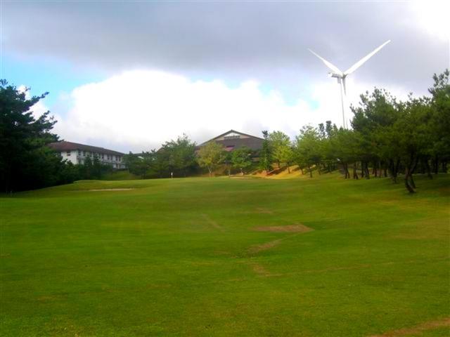 画像: 国内最大級の風力発電がコース隣接