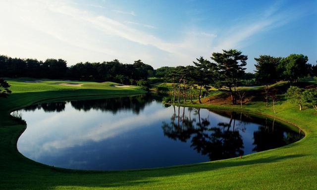画像: ABCゴルフ倶楽部 16番(221Y・P3)打ち下ろしの池越え