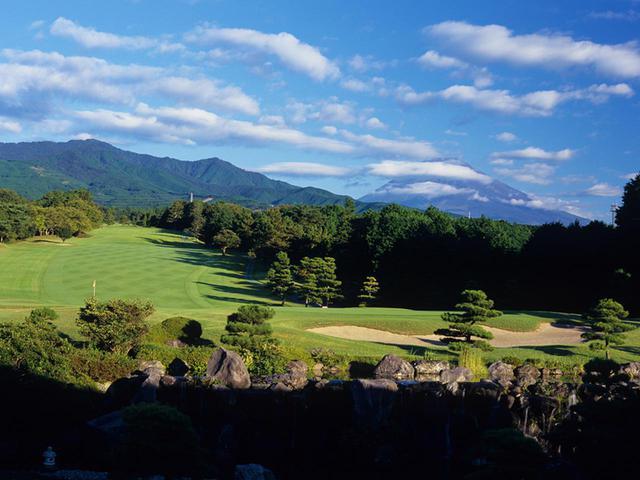 画像: 富士の裾野を生かしてレイアウトされた丘陵コース。メンテナンス抜群の高速グリーンと、抜群の景観で変化に富んだ27ホールが待ち受ける(27H・10352Y・P108)