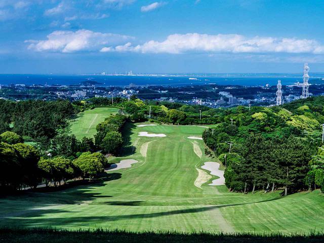 画像: 横須賀市街を見下ろす三浦半島の高台に位置し、東に東京湾と房総半島、西に相模湾を望む。天気のいい日は富士山も見える(36H・12365Y・P143)