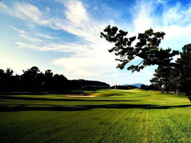 画像: 芥屋ゴルフ倶楽部 9番(553Y・P5)グリーンへ打ち下ろしていくパー5(ツアーでは18番)