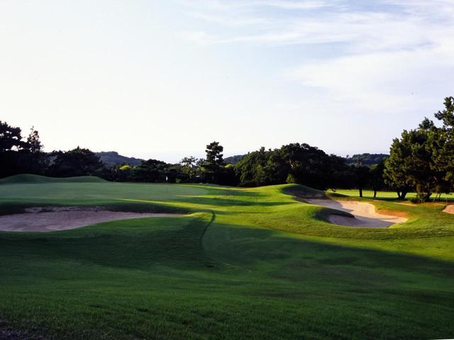 画像: 芥屋ゴルフ倶楽部 17番(165Y・P3)グリーンの傾斜と左右のバンカーが難しいパー3
