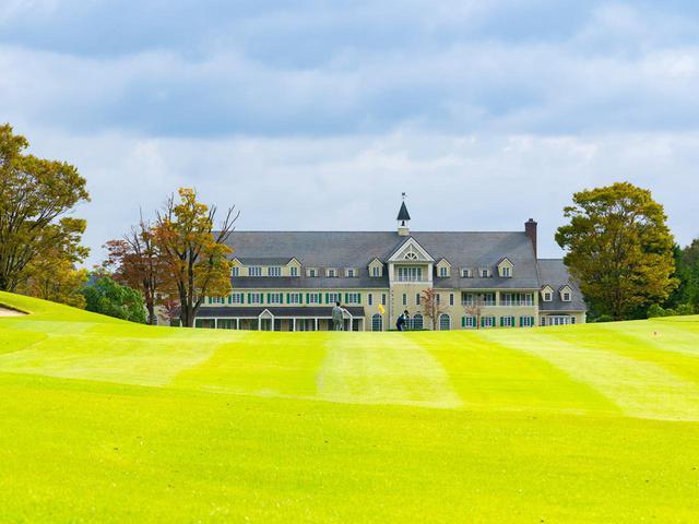 画像: 英国調クラブハウスと自然豊かなリゾートタイプコース。ウィンザー城を模したというクラブハウスは宿泊施設も併設(18H・7007Y・P72)