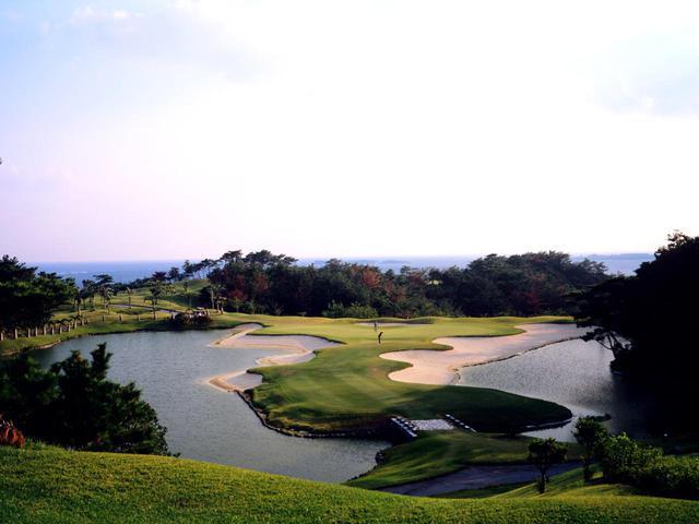 画像: 13番(179Y・P3)海の眺望、左右の池とビーチバンカーが美しい名物パー3