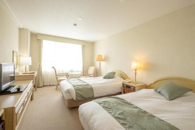 画像: 白を基調としたツインルーム。フェアウェイフロントのお部屋も