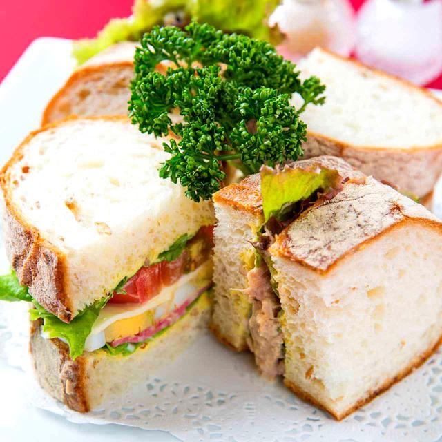 画像: 具材はレタス・ツナ・サラダ・パストラミハム・ゆで卵・トマトチーズ 1300円