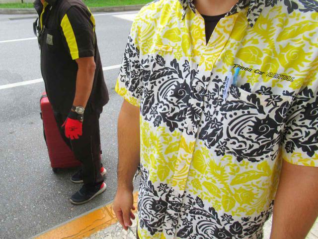 画像: かりゆしを着たスタッフ。当然みんなまだ半袖