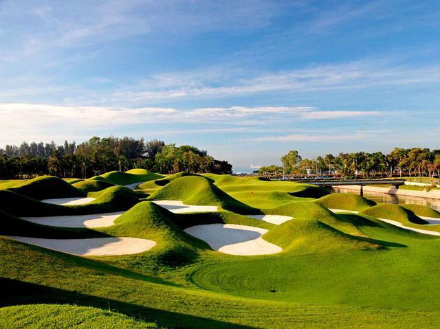 画像: ラグーナナショナルゴルフ&CC バンカーとマウンドの間にピンが立つ